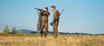 Qualifications de chasse et ?quipement d'arme Comment chasse de tour dans le passe-temps Amiti? des chasseurs des hommes Forces d image libre de droits