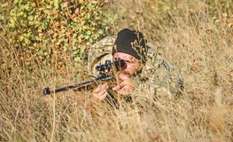 Qualifications de chasse et ?quipement d'arme Comment chasse de tour dans le passe-temps Chasseur barbu d'homme Forces d'arm?e ca photographie stock libre de droits