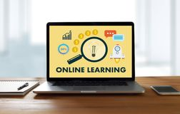 Qualifications en ligne de entraînement de ÉTUDE EN LIGNE T de technologie de connectivité photographie stock