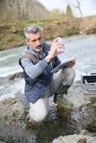 Qualità dell'acqua di prova del biologo del fiume immagini stock libere da diritti