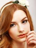 Qualità. Ritratto di giovane donna docile con il fiore bianco sulla sua testa Fotografia Stock
