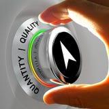 Qualität gegen Quantität Hand, die das Niveau von Einzelteilen justiert Lizenzfreie Stockfotos