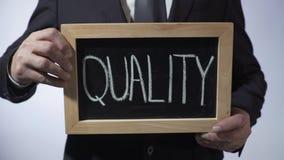 Qualität geschrieben auf Tafel, Geschäftsmann, der Zeichen, Geschäftskonzept hält stock video footage