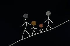 Qualitäts-Zeitgenuß der Familie im Freien, glückliche junge Familie, welche die Zeit im Freien verbringt Stockfotografie