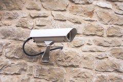 Qualitätsabbildung, getrennt auf einem weißen Hintergrund Überwachungskamera auf der Wand Lizenzfreies Stockfoto
