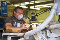 Qualitätskontrolle am Glasfertigung-Teildienst Stockbilder