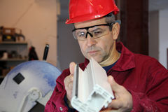 Qualitätskontrolle von Plastikteilen für Fenster. Stockfoto