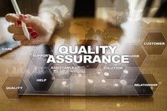 Qualitätssicherungskonzept auf dem virtuellen Schirm Die goldene Taste oder Erreichen für den Himmel zum Eigenheimbesitze stockfotos