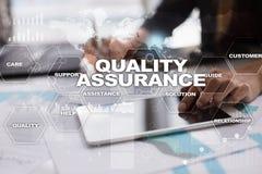 Qualitätssicherungskonzept auf dem virtuellen Schirm Die goldene Taste oder Erreichen für den Himmel zum Eigenheimbesitze stockbild
