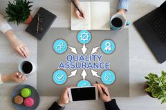 Qualitätssicherungssteuergarantie-Kundendienst-Zufriedenheits-Konzept auf dem Bürodesktop stockfotografie