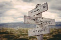 Qualité, intégrité, poteau indicateur de confiance en nature photos libres de droits