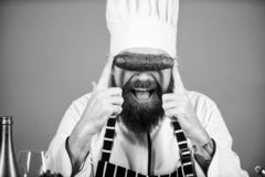Qualit? des produits alimentaires Homme de chef dans le chapeau Recette secr?te de go?t Suivre un r?gime et aliment biologique, v photos libres de droits