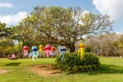 Quallen formten Lichter auf einem Baum für Nusa-DUA-Lichtfestival Ozeanweltthema Das nette lächelnde Mädchen Nusa-DUA, Bali, Indo Stockbilder