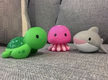 Quallen, Schildkröte und Haifisch, der heraus an der Couch hängt lizenzfreies stockbild