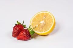 Quand citron de rassemblement de fraise Images stock