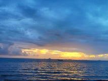 Quand Sun rencontre la mer photos libres de droits