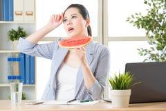 Quand vous vous sentez chaud que l'été de moyen vient, essayez un certain watermelo Images stock
