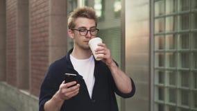 Quando bebendo surfar do café e de rede do homem que anda na rua filme