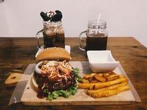 Quando frappe, hamburger e fritture, rocce Immagine Stock