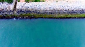 Quando l'acqua blu incontra le rocce Fotografia Stock