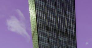 Quando la costruzione è davanti al cielo porpora immagine stock libera da diritti