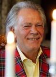 Quando o casamento o noivo afortunado no tartensuit escocês atrás das velas Imagens de Stock Royalty Free