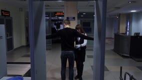 Quando passare tramite il metal detector accende il rosso, ispezione degli uomini video d archivio
