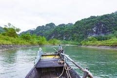 Quang Binh, Vietname - 13 de julho de 2018: Entrada da caverna de Phong Nha no parque nacional do golpe de Phong Nha-KE, um local imagem de stock royalty free