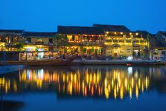 Quang Nam,越南- 2016年4月1日:会安市从星期四好的妙语河的古镇观察在暮色期间之前 会安市是联合国科教文组织世界herita 库存照片