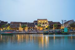 Quang Nam,越南- 2016年4月1日:会安市从星期四好的妙语河的古镇观察在暮色期间之前 会安市是联合国科教文组织世界herita 图库摄影