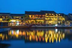 Quang Nam Vietnam - April 1, 2016: Visning Hoi An för forntida stad från den Thu Bon floden vid skymningperiod Hoi An är UNESCOvä Arkivfoton