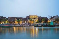 Quang Nam Vietnam - April 1, 2016: Visning Hoi An för forntida stad från den Thu Bon floden vid skymningperiod Hoi An är UNESCOvä Arkivbild