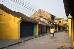 Quang Nam, Vietnam - 2 avril 2016 : Vue de rue avec de vieilles maisons en ville antique de Hoi An, patrimoine mondial de l'UNESC Photos stock