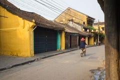 Quang Nam, Vietnam - 2 avril 2016 : Vue de rue avec de vieilles maisons en ville antique de Hoi An, patrimoine mondial de l'UNESC Image libre de droits