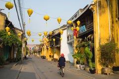 Quang Nam, Vietnam - 2 avril 2016 : Vue de rue avec de vieilles maisons en ville antique de Hoi An, patrimoine mondial de l'UNESC Images libres de droits
