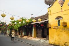 Quang Nam, Vietnam - 2 avril 2016 : Vue de rue avec de vieilles maisons en ville antique de Hoi An, patrimoine mondial de l'UNESC Photographie stock