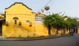 Quang Nam, Vietnam - 2 avril 2016 : Vue de rue avec de vieilles maisons en ville antique de Hoi An, patrimoine mondial de l'UNESC Photographie stock libre de droits