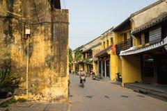Quang Nam, Vietnam - 2 avril 2016 : Vue de rue avec de vieilles maisons en ville antique de Hoi An, patrimoine mondial de l'UNESC Photo stock