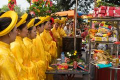 Quang Ninh, Βιετνάμ - 22 Μαρτίου 2015: Ηλικιωμένες γυναίκες στο παραδοσιακό φόρεμα AO Dai που εκτελούν τον παλαιό βουδισμό εθιμοτ Στοκ Φωτογραφία