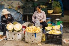 Quang Ninh, Βιετνάμ - 22 Μαρτίου 2015: Στάβλος Jackfruit στη μακροχρόνια αγορά εκταρίου, μακριά πόλη εκταρίου Στοκ Εικόνα