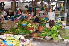 Quang Ninh, Βιετνάμ - 22 Μαρτίου 2015: Φυτικοί στάβλοι στη μακροχρόνια αγορά εκταρίου, μακριά πόλη εκταρίου Στοκ Εικόνες