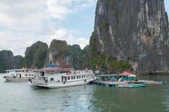 Quang Ninh, il Vietnam, il 12 novembre 2015 barche e kajak nella baia di Halong Fotografie Stock Libere da Diritti