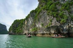 Quang Ninh, Vietnam - 12 agosto 2017: Baia di Halong nel Vietnam, sito del patrimonio mondiale dell'Unesco, con le imbarcazioni a fotografie stock