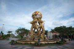 Quang Ninh Vietnam - Augusti 12, 2017: Springbrunnen för en ingång till solvärlden Halong parkerar Solvärlden är en serie av leda Arkivbild