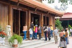 Quang Ninh, Vietnam - 22 de marzo de 2015: La gente hace ofrendas ceremoniales en la pagoda de Cai Bau Giac Tam Meditation Monast fotos de archivo