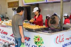 Quang Ninh, Vietnam - 22. März 2015: Grilled hackte Kopffüßerstall an aufnahmefähigem Markt ha Das Lebensmittel ist in langer Sta stockbilder