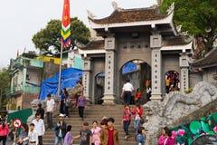 Quang Ninh, Vietnam - 22 mars 2015 : Personnes serrées à la porte du monastère de zen de Giac Tam, pagoda de Cau Bau en jours de  Photographie stock libre de droits