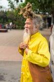 Quang Ninh Vietnam - Mars 22, 2015: Stående av den gamla vietnamesiska mannen med mycket långt hår Honom bärande buddistkläder fö Royaltyfria Bilder