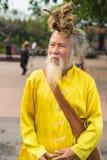 Quang Ninh Vietnam - Mars 22, 2015: Stående av den gamla vietnamesiska mannen med mycket långt hår Honom bärande buddistkläder fö Fotografering för Bildbyråer
