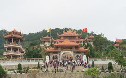 Quang Ninh, Vietnam - 22 mars 2015 : Vue de face extérieure large du monastère de zen de Giac Tam, pagoda de Cai Bau en Van Don P Photos libres de droits
